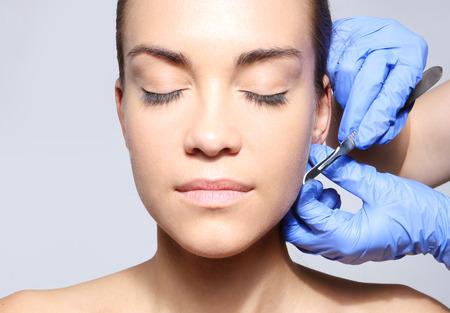 メスを使用して手術中に白人の女性 写真素材