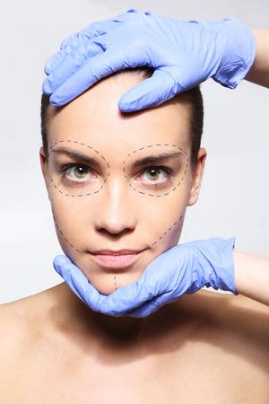 美しいしたい !形成外科医の手の中に女性の頭部