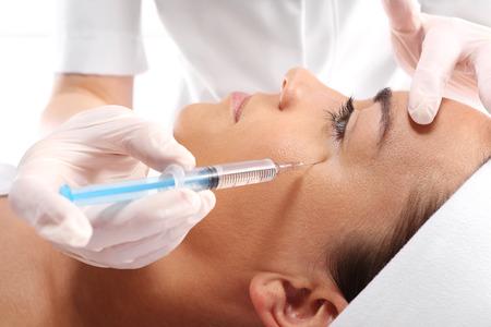 inyeccion: Mujer cauc�sica durante la cirug�a con bistur�