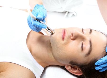手入れを美容室で治療中に若い男の肖像