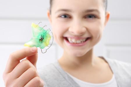 Enfant avec appareil orthodontique