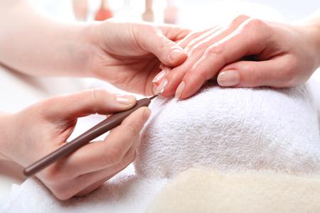 Maniküre, Schneiden Skins Frau zu einer Kosmetikerin Standard-Bild