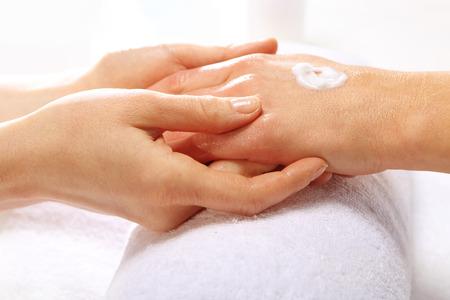Massaggio manuale, una donna nel salone di bellezza Archivio Fotografico - 35175467
