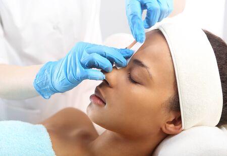 salon beauty: Hermosa mujer durante los tratamientos en el spa