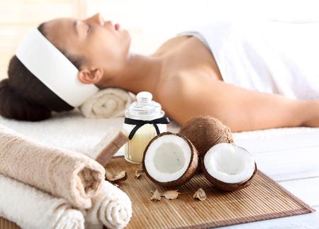 aceite de coco: Tratamiento de bienestar y spa con aceite de coco, relajación femenina Foto de archivo