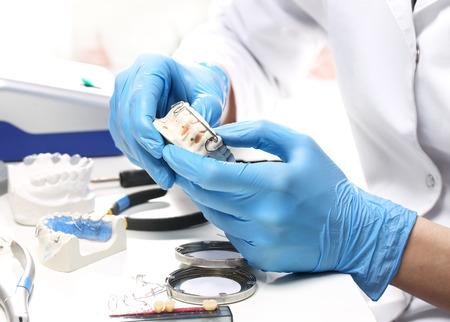 Orthodontie, prothesen handen tijdens het werken op orthodontische toestel Stockfoto