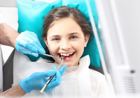 dentisterie: Étanchéité dents, l'enfant chez le dentiste Banque d'images