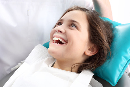 caries dental: Dentista, ni�o en la silla dental.