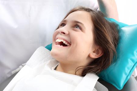 Dentiste, enfant dans la chaise dentaire.