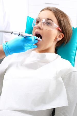 caries dental: Inyección de analgésicos, la mujer en el dentista