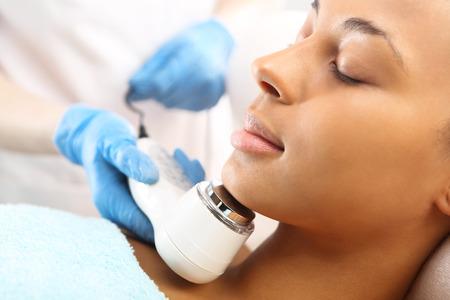 Ultrason lumière infrarouge traitement cosmétique pour la podczerwone de la face Ultradzwieki, zabieg kosmetyczny na twarz Fot. Robert Przybysz / FORUM Banque d'images