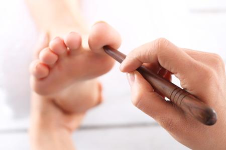 massage: Akupressur, Reflexzonenmassage. Natürliche Medizin, Reflexzonenmassage, Akupressur Fußmassagegerät bedrückt Energiefluss Punkte Lizenzfreie Bilder