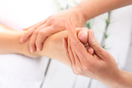 manos y pies: La acupresi�n, masaje de pies. Mujer en un sal�n de belleza para pedicura y masaje de pies.