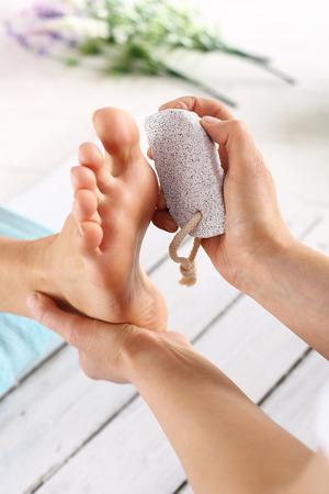 manos y pies: Femenino tratamientos de belleza piernas y los pies. Tratamiento del pie cuidados y uñas, la mujer en la esteticista para pedicura.