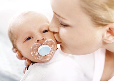 Newborn. Eine Frau hält in ihren Armen ihr neugeborenes Baby Lizenzfreie Bilder
