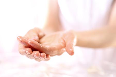 huile: Se frotter les mains