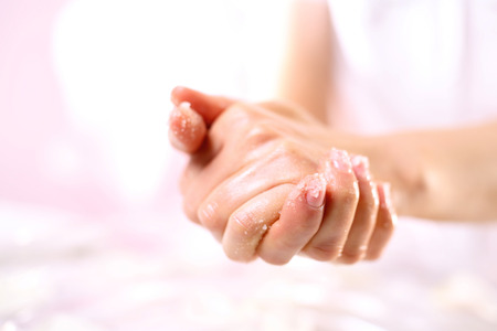 Massage des mains avec de l'huile chaude