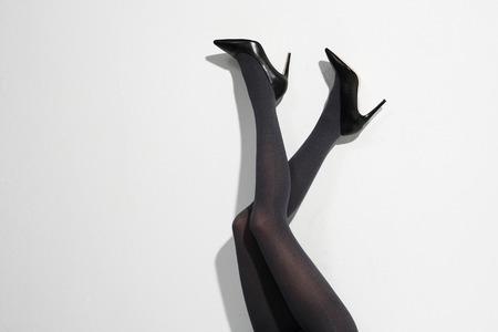 ハイヒールと黒タイツ女性脚線美