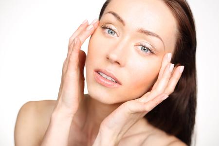 arrugas: En primer lugar wrinkles.Portrait de una mujer mirando a la cara y mirando a las primeras arrugas en los ojos. Foto de archivo