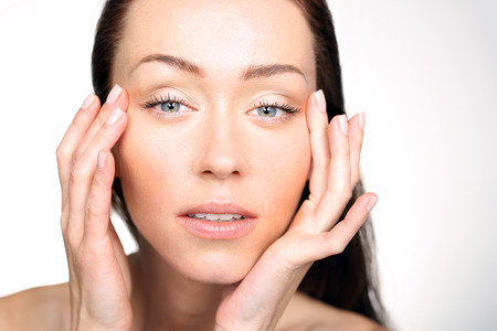 maquillaje de ojos: Levantando area.Portrait ojo de una mujer mirando su cara y mirando a las primeras arrugas en los ojos.