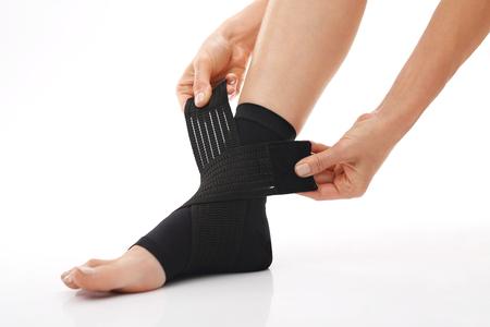 ortopedia: Lesión en el tobillo, lesión en el pie. Tobillo estabilizador Ortopédica, pie femenino en el vestir