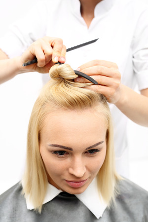 tinte cabello: Peluquería mujer corte de pelo con un cuchillo chino en un salón de belleza Foto de archivo