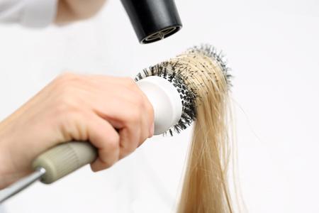 fingering: Hair styling brush.