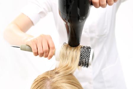peluquería: Modelado de un cepillo de pelo. La mujer en el pelo peluquero, peluquero modelos en un cepillo redondo Foto de archivo