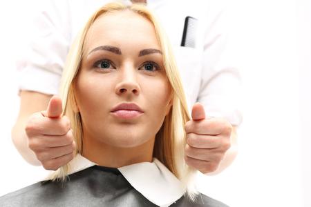 Long hair: Barber mái tóc người phụ nữ trong một tiệm làm tóc