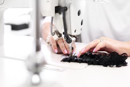 seguridad laboral: Coser costurera sobre la máquina de coser en la planta de fabricación Foto de archivo