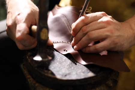 靴屋。靴屋靴屋を縫いつけたエレガントな靴 写真素材