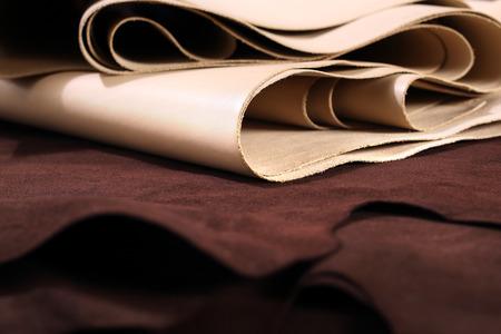 craftsman: Cuero de grano. La composición de cuero marrón y vainilla y accesorios de calzado Foto de archivo