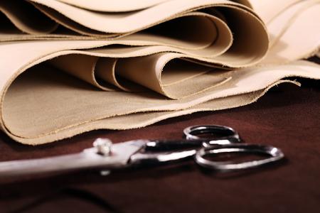 茶色とバニラの革と靴のアクセサリーの組成