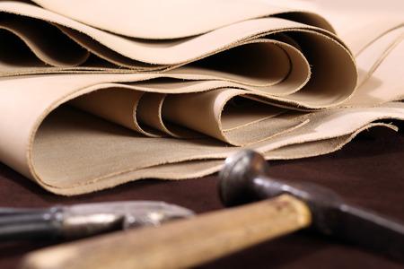穀物の革。茶色とバニラの革と靴のアクセサリーの組成 写真素材