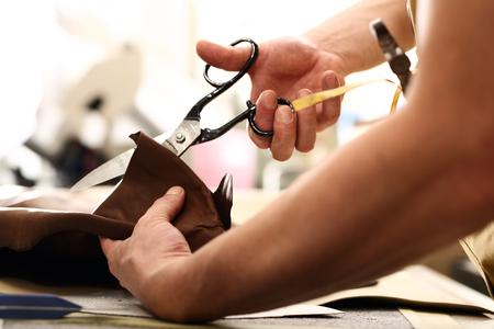 moda ropa: tela tijera manos muesca medida de sastre