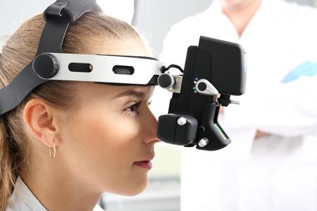 consulta médica: Un examen de los ojos con un oftalmólogo, oftalmoscopio