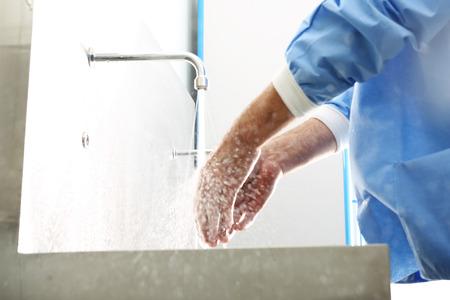 lavarse las manos: Lavarse las manos Cirujano. El m�dico se lava las manos, desinfectarse las manos antes de la cirug�a Foto de archivo