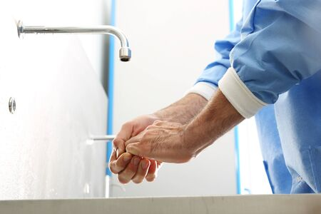 Der Arzt wäscht seine Hände. Der Arzt wäscht seine Hände, die Hände vor der Operation zu desinfizieren Standard-Bild - 45679040