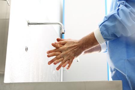 외과 손 소독. 의사가 손을 씻고, 수술 전에 손을 소독합니다.