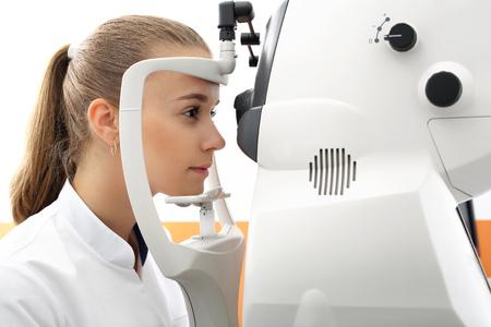 examen de la vista: Oftalmólogo, la medicina y la salud. Prueba de la visión por ordenador. Foto de archivo