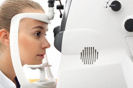 prueba de vision: Prueba de la visión por ordenador. Oftalmólogo, el paciente en el ojo de estudio. Foto de archivo