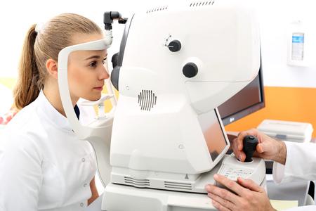 vision test: Oftalm�logo, el paciente en el ojo de estudio.
