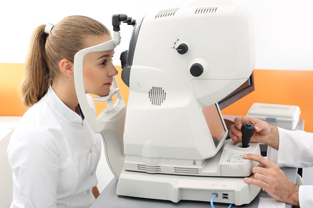 Female ophthalmologist, computer aided vision defects, selection of contact lenses.