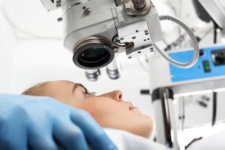 Werking van het zicht. De operatie is verwijderen van een cataract