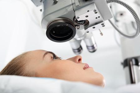 examen de la vista: Cirugía del ojo, clínica oftalmológica. Foto de archivo