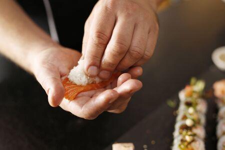 japanese sake: Ahumado sushi nigiri de salmón.