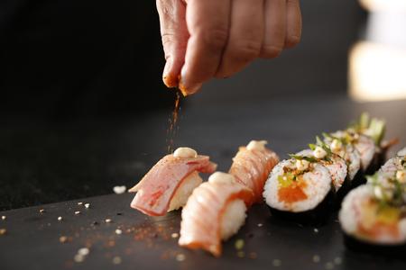 chef: Sushi japonés clásico sirvió en una placa de piedra