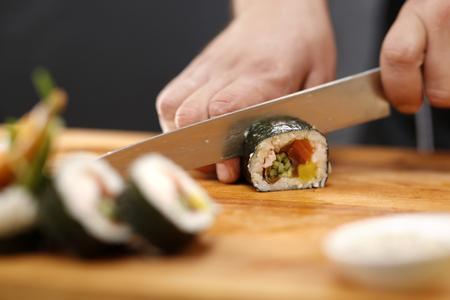 japanese sake: Cortando sushi con cangrejo, salmón, pepino