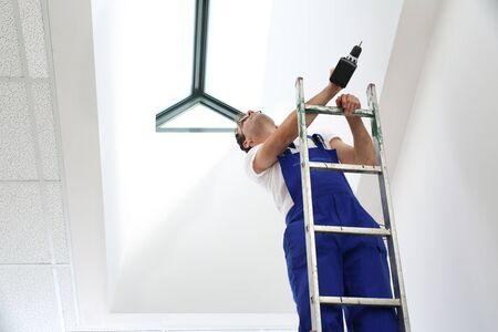 maintenance fitter: Fitter roof windows.
