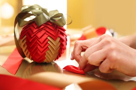 聖なるクリスマス女性を運ぶ美しい家の装飾 写真素材